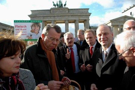 Johannes Röring MdB (2.v.r.) bei der Aktion vor dem Brandenburger Tor