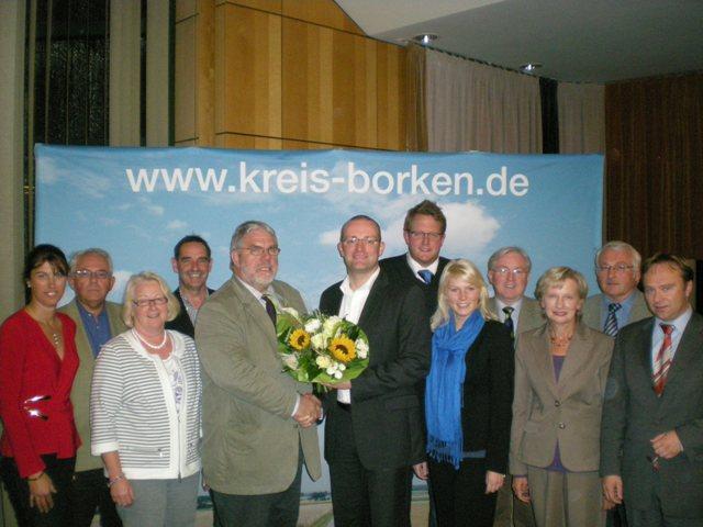 CDU-Kreisvorsitzender Jens Spahn (6.v.l.) gratuliert Heinz-Josef Tönnes (5.v.l.) zur Wahl als Fraktionsvorsitzenden.