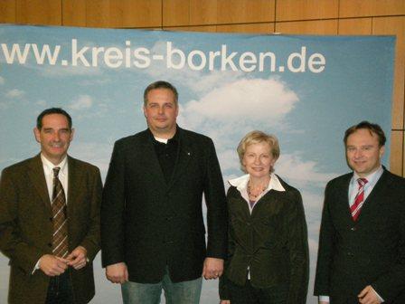 v.l.n.r.: Johannes Maus, Markus Schulte, Magdalene Garvert mit Landrat Dr. Kai Zwicker