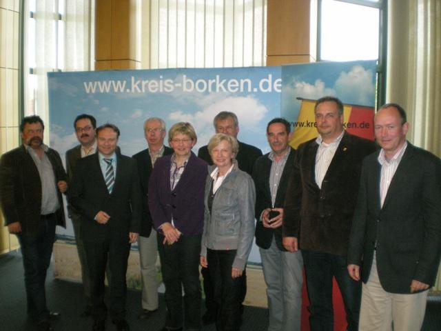 Anlage Foto: Der Sprecher der Wohlfahrtsverbände Matthias Brinkmann (r.) und CDU-Fraktionschef Markus Schulte (2.v.r.) stellten sich zum Gruppenbild mit Landrat Dr. Kai Zwicker (3.v.l.), den stellvertretenden Fraktionsvorsitzenden Magdalene Garvert (4.v.r