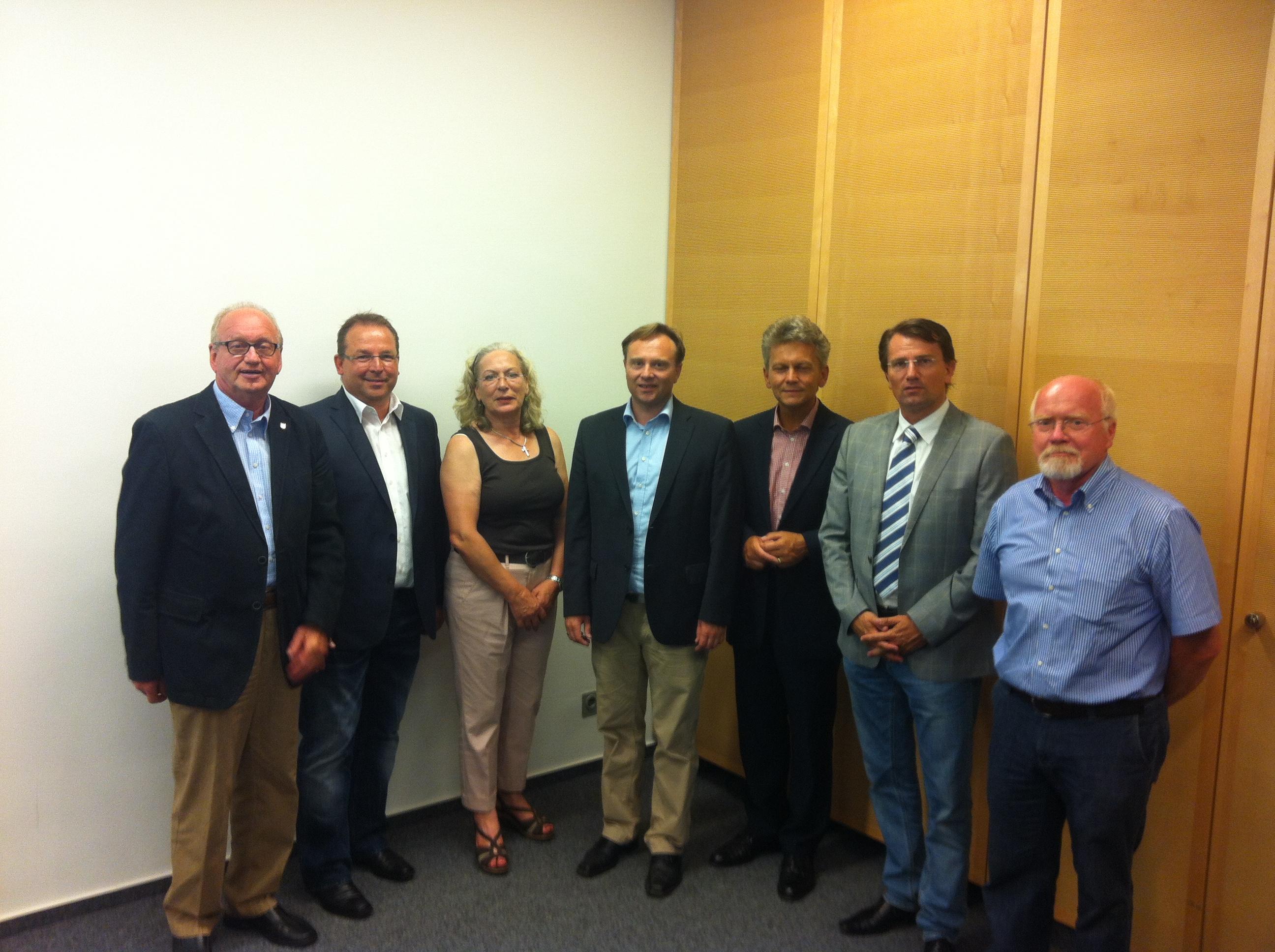 Dr. Kai Zwicker (Bild: Mitte) mit seinen Vorstandskolleginnen und -kollegen