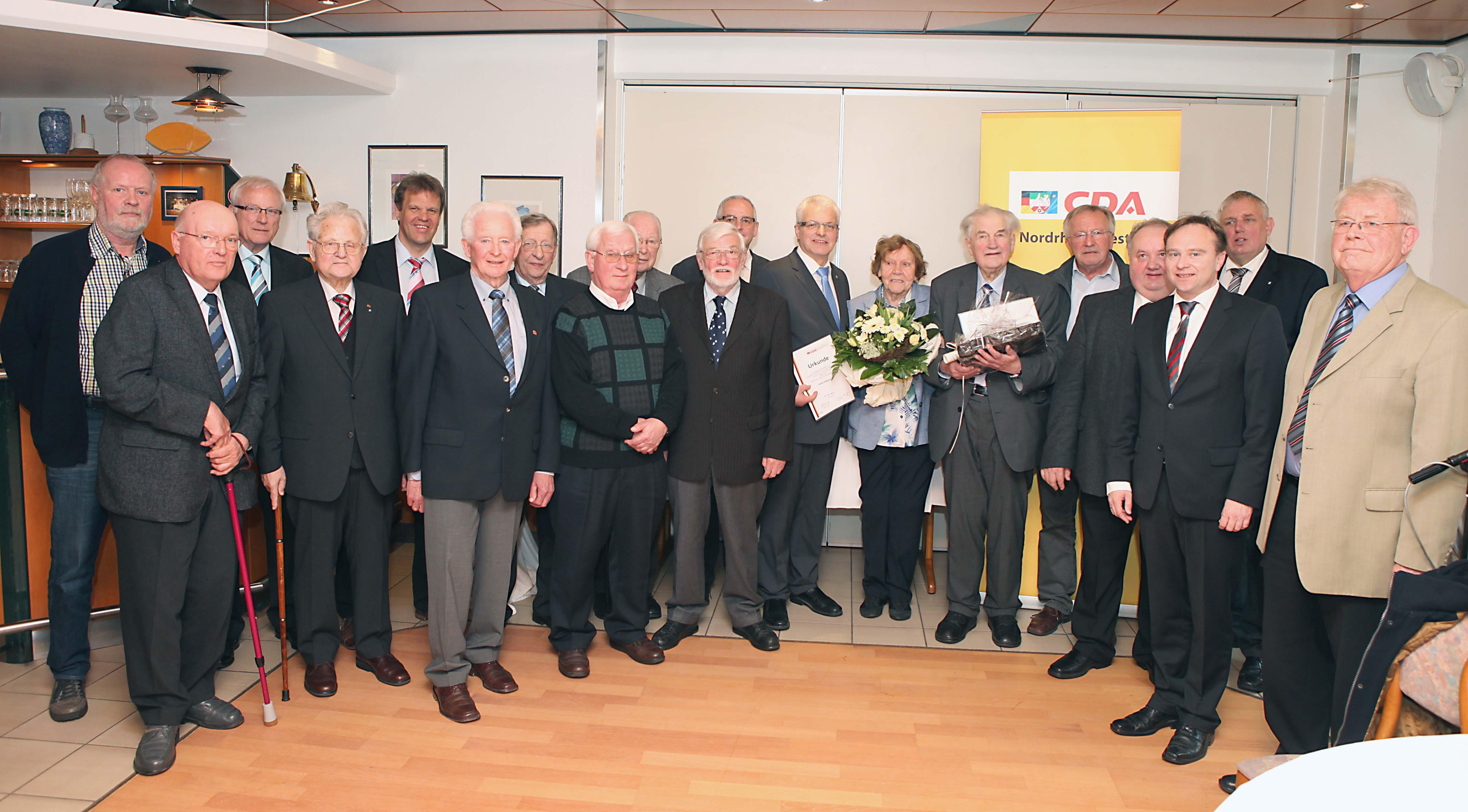 Bildzeile: Zahlreiche CDA-Mitglieder wurden am Sonntag in Südlohn für 40-, 50-, und 60-jährige Mitgliedschaft geehrt. Mit im Bild CDA-Kreisvorsitzender Thomas Buss (5.v.l.), Landrat Dr. Kai Zwicker (3.v.r.) und Karl-Josef Laumann