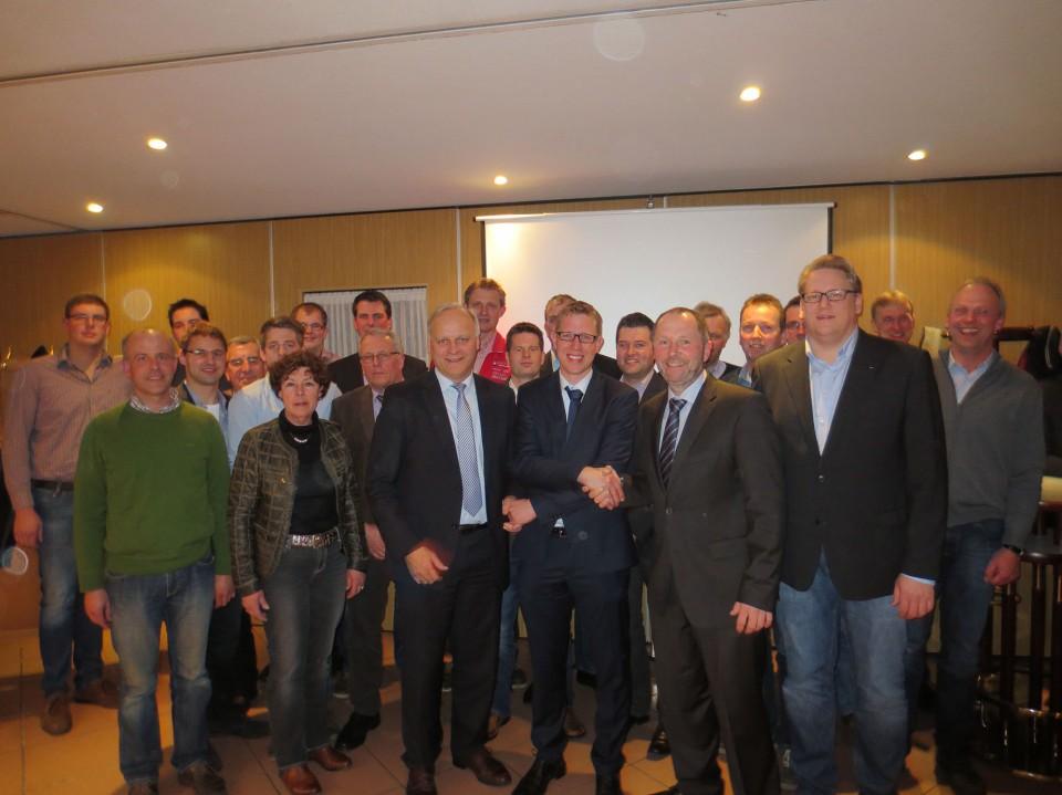 Bildunterschrift: Der neue Vorsitzende Michael Jünck (Mitte) umrahmt vom WLV-Präsidenten Johannes Röring MdB und seinem Vorgänger im Amt, Werner Winters, mit Versammlungsleiter Hendrik Klöpper (rechts im Bild).